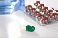 Medicine in capsule e ridurre in pani Immagini Stock