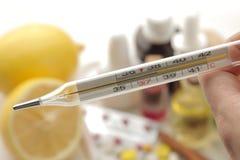 Medicine di Kru del termometro varie per influenza e rimedi freddi su una tavola di legno bianca freddo malattie freddo flu immagine stock