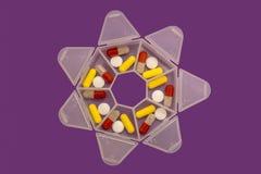 Mediciner för sju dagar i form av minnestavlor och piller i ett specialt fall royaltyfri foto