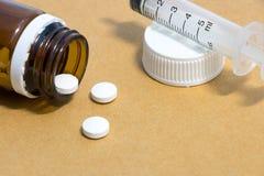 Mediciner i en flaska med injektionssprutan, medicinsk injektion Arkivfoto