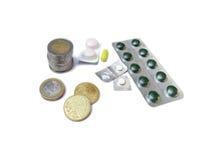 Mediciner och europengarmynt som isoleras på vit Fotografering för Bildbyråer