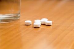 Mediciner på nightstand Royaltyfria Bilder