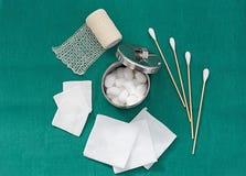 Medicinhjälpmedlet, bomull, bomullsbollen, den rostfria kruset som är netto förbinder royaltyfria bilder