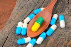 Medicinkapselpreventivpiller på skeden Royaltyfri Bild
