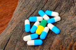 Medicinkapselpreventivpiller på wood bakgrund Royaltyfri Foto