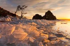 Medicinman Rock på solnedgången Lake Baikal Sibirien royaltyfria foton