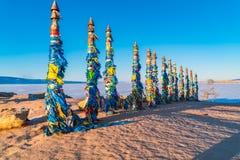 Medicinmantotempålar på udde Burkhan på den Olkhon ön Arkivfoto