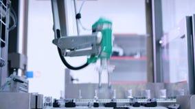 Medicinpacke på transportbandet på den farmaceutiska fabriken förpackande linje stock video