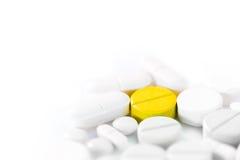 medicinpills för bakgrund 3d framför white Arkivfoton