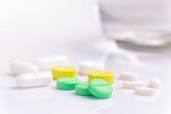 medicinpills för bakgrund 3d framför white Royaltyfri Fotografi