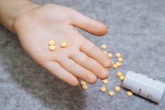 Medicinpreventivpillerar eller kapslar i hand, gömma i handflatan eller fingrar som mottar Royaltyfri Foto