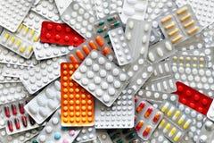 Medicinpreventivpillerar i packar Arkivbild