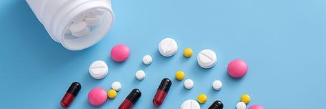 medicinpreventivpillerar på blått bakgrundskopieringsutrymme för sorterad text Royaltyfria Foton