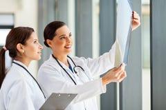 Medicinsk arbetarröntgenstråle royaltyfri fotografi