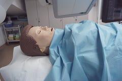 Medicinsk attrapp som omges av medicinsk utrustning arkivfoton