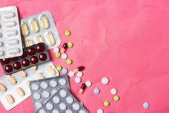 Medicinsk bakgrund med färgrika piller, minnestavlor och kapslar för en glidbana eller en presentation royaltyfria bilder