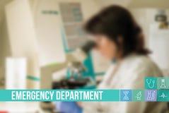 Medicinsk begreppsbild för nöd- avdelning med symboler och doktorer på bakgrund Arkivfoto