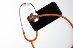 Medicinsk begreppssmartphone och stetoskop för diagnostisk hälsoproblem via mobiltelefonen fotografering för bildbyråer