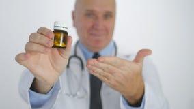 Medicinsk behandling för doktor Image Recommending Confident med vitaminpiller royaltyfria bilder