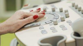 medicinsk diagnostik Ultraljudkonsolen behandlas av handen för doktors` s lager videofilmer