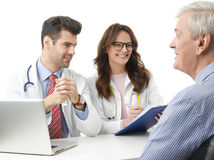Medicinsk diskussion på sjukhuset med den äldre patienten Arkivfoto