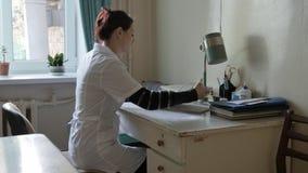Medicinsk doktor i kontoret på tabellen doktor i ett mycket gammalt sjukhus i kontoret stock video