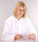 Medicinsk doktor med blackboarden Royaltyfria Bilder