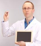 Medicinsk doktor med blackboarden Fotografering för Bildbyråer