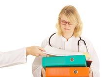 Medicinsk doktor med ett raddaarbete Fotografering för Bildbyråer
