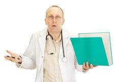 Medicinsk doktor med förlagor om en tålmodig Royaltyfri Foto