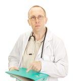 Medicinsk doktor med förlagor om en tålmodig Royaltyfria Bilder