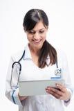 Medicinsk doktor som använder minnestavladatoren Royaltyfri Fotografi