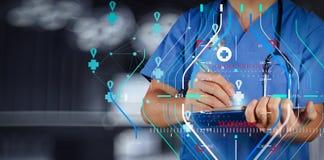 Medicinsk doktor som arbetar med anmärkningsbrädet som medicinsk nätverksconce arkivbilder
