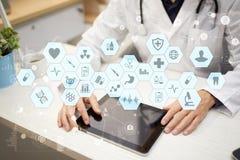 Medicinsk doktor som arbetar med den moderna manöverenheten för faktisk skärm för dator EMR HENNE, elektroniska vård- rekord Royaltyfri Bild