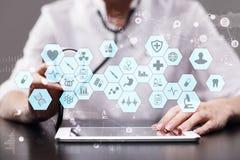Medicinsk doktor som arbetar med den moderna manöverenheten för faktisk skärm för dator EMR HENNE, elektroniska vård- rekord Royaltyfri Fotografi