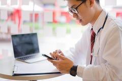Medicinsk doktor som arbetar på smartphonen royaltyfria bilder