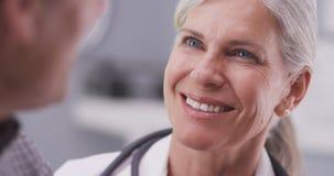 Medicinsk doktor som talar med den manliga patienten arkivfoto