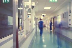 Medicinsk droppande i sjukhuskorridor royaltyfria bilder