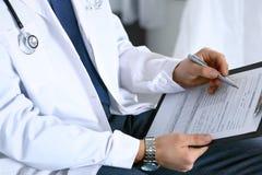 Medicinsk form för doktorsmanpåfyllning på skrivplattacloseupen Sjukvård, försäkring och medicinbegrepp i människoliv royaltyfri bild