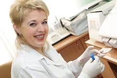 medicinsk forskare som använder kvinnan arkivbild