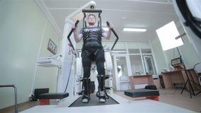 Medicinsk gå robot Rehabilitering rehab, remediation för folk med fotsjukdomen arkivfilmer