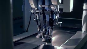 Medicinsk gå simuleringsapparat och en patient som återställer rörlighet med dess hjälp arkivfilmer