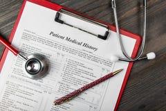 Medicinsk historia med stetoskopet och pennan fotografering för bildbyråer