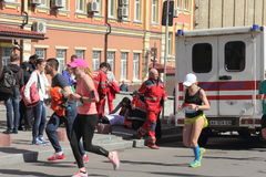 Medicinsk hjälp i maraton Royaltyfri Foto