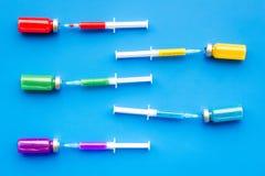 Medicinsk injektion Spola ren och buteljera med boten på bästa sikt för blå bakgrund Arkivfoto