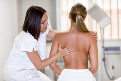 Medicinsk kontroll på skuldran i en sjukgymnastikmitt arkivbilder