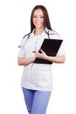 Medicinsk kvinnaarbetare med en minnestavla för legitimationshandlingar i hans händer. Royaltyfri Foto