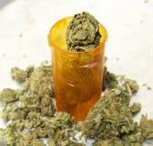 Medicinsk marijuana, flaska för Rx apotekpreventivpiller, krukaknopp och botdetalj av bladet Royaltyfri Bild