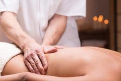 Medicinsk massage som avlöser smärtsam baksida royaltyfri bild