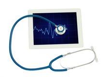 Medicinsk minnestavla med ECG och den blåa stetoskopet Arkivbilder